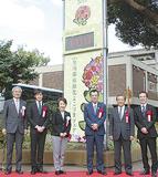 林市長(左から3人目)や三上さん(同2人目)が参加した除幕式