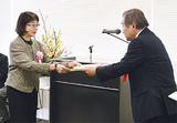 天笠西区社協会長(右)から感謝状を受け取る受賞者(左)