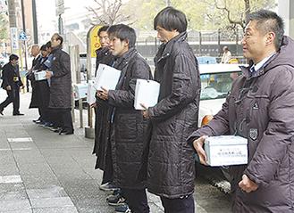 昨年は石川町駅前で募金(YSCC提供)