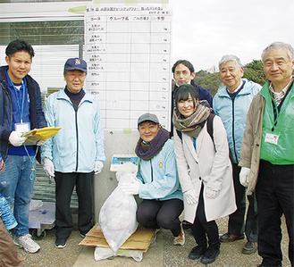 清掃活動のスタッフとして参加するクラブメンバーや主催者のメンバーら=2月18日