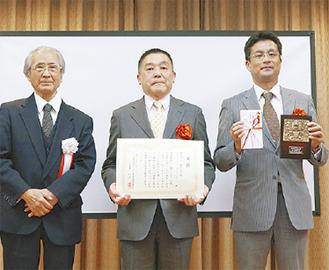 表彰された竹内会長(中央)