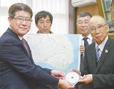 地図を間門小に寄贈する岩村会長(右)