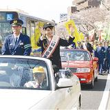 一日署長を務めたかえさん(右)と山手署の中戸川儀行署長(左)
