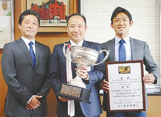 県大会の優勝杯を持つ竹前区長
