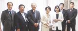市長室で林文子市長からテレビ神奈川の中村行宏社長(左より3人目)に感謝状が手渡された