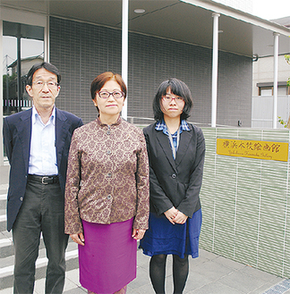 絵画館設立に尽力した武田春子さん(中央)と館長で夫の由隆さん(左)