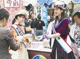 関内ホール前の特設ブースには開始前から行列ができ、横浜観光親善大使から募金協力者に「馬車道あいす」が手渡された