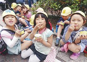 美味しいアイスに笑顔の子どもたち