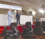 藤木会長(左)に目録を手渡した横濱RCの加藤会長=16日 大さん橋客船ターミナル