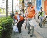 清掃を行う参加者たち