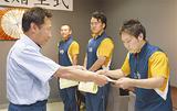 中嶋西消防署署長(左)から感謝状が手渡された