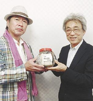 門次郎さんから義援金を受け取る清水理事長(右)
