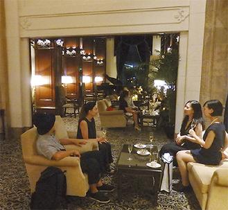 高い天井と大きな窓が特徴の開放感あふれる本館ロビー。「横浜家具」のソファやテーブルが配置されている