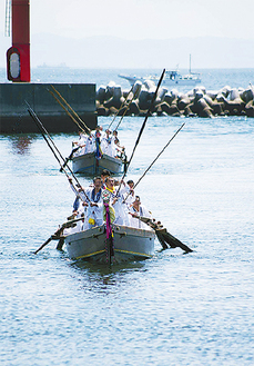本牧漁港に浮かぶ祭礼船=本牧神社提供