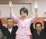 中区の選挙事務所で支援者と喜ぶ林氏(7月30日、午後8時すぎ)