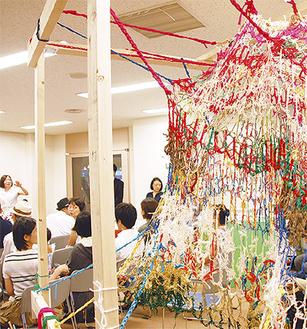 「糸つなぎ」の糸を使った作品が展示