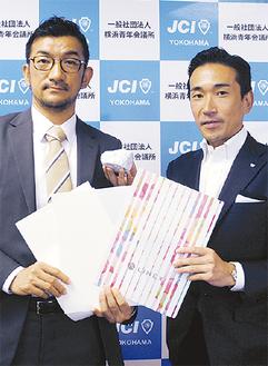 LIMEXで作った製品を持つ山崎氏(左)と森理事長
