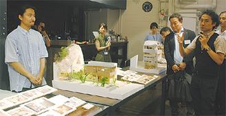 展示を説明する西田氏(右)