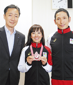左から吉泉区長、早瀨久美さん、憲太郎さん
