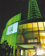 緑に染まるマリンタワー