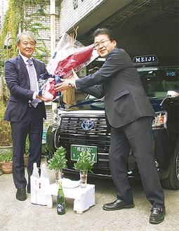 新車両を納車した明治自動車の井田社長(左)