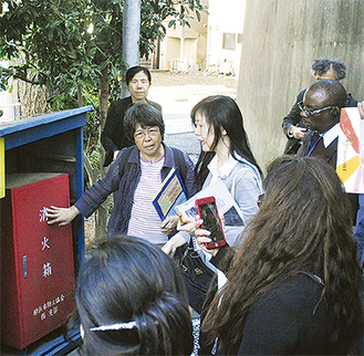 JICAの視察団に対し、防災設備の説明を行う米岡会長