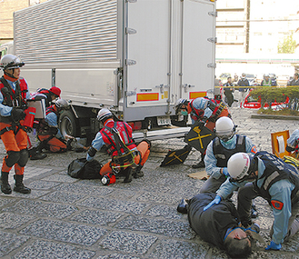 救急隊によるトリアージ(負傷者選別)やYMATと連携した救出作業が本番さながらに行われた