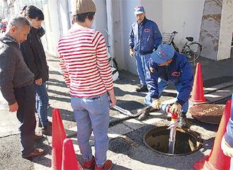 消火栓の使い方を聞く住民ら