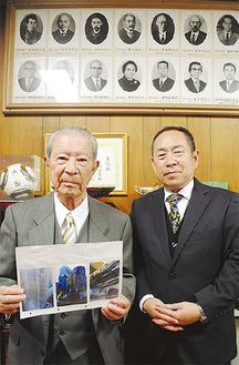 保存会の金子勝雄会長(左)と、現校長の柳澤潤顧問