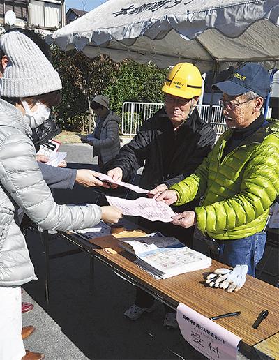 登録用紙を提出する訓練参加者