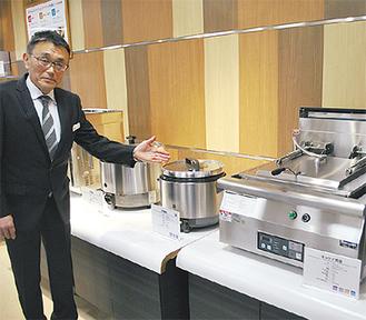 ギョウザ焼器(右端)はボタンひとつで蒸し〜焼きの調理が可能とのこと。場所柄、中華料理で使う調理機器が充実している