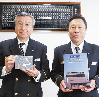西消防署の中嶋俊明署長(右)と、作成に尽力した福元五喜副署長