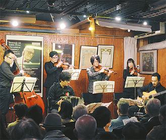 ゲスト歌手のKaZZmaさんを招き、アンコールを含め20曲を演奏した=西区岡野のタンゴの家