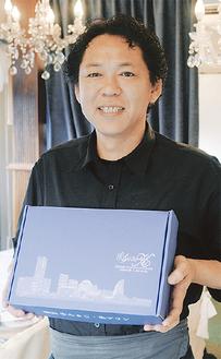 贈答用の箱を持つ六川代表
