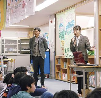 太平洋戦争について語る高徳さん(右)