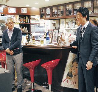 13日に行われた試写会であいさつする黒沢さん(右)。写真左は監督の市川徹さん=西区中央のシネマノヴェチェントで