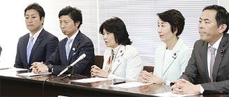 県庁で会見する阿部氏(中央)、篠原氏(右)ら衆議院議員