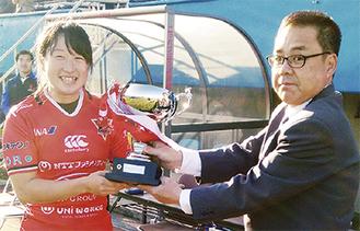 井出会長から優勝カップを手渡され笑顔を見せる選手(一般の部)