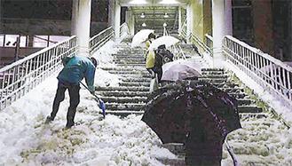 鴨居駅で除雪作業(協会提供)