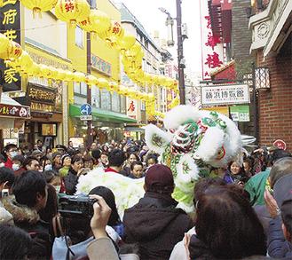 中華街全域で見られた獅子舞(16日)
