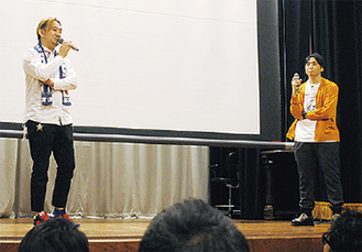 上映前にあいさつする『ジョホールバル1997』の植田朝日監督(左)