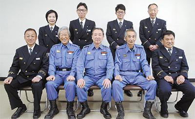 伊勢佐木、加賀町、山手の各消防団長(中央)と、加入増へ尽力した中消防の署員たち(前列左端は林久人中消防署長)