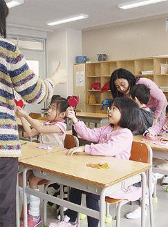 子ども向けには折り紙などの体験も=3月10日