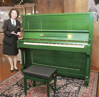 1階ブライダルサロンに展示されたピアノ