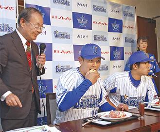 カフェメニューを味わう山崎選手(中央)と桑原選手