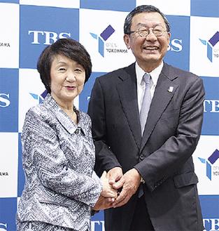 締結式で握手する林市長(左)とTBSの武田社長