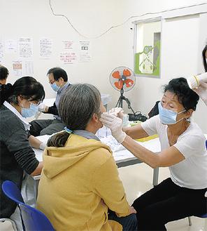 参加者への歯科検診も行われた=寿町総合労働福祉会館