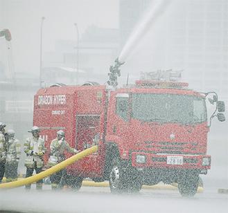 大型放水砲搭載ホース延長車。放水訓練の際にはまるで大雨のようになった
