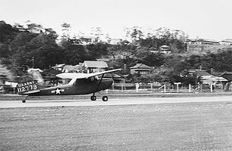 間門交差点方面へ飛び立つ米軍飛行機 野村弘光氏撮影 当館蔵