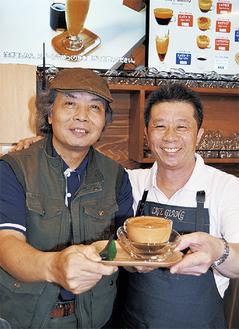 エッグコーヒーを手に陳社長(右)とグエンさん。4月23日のオープン日「CAFE GIANG」店舗にて